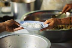Aandeelvoedsel met dakloze dakloze mensen: het concept schenking stock foto