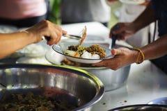 Aandeelvoedsel met dakloze dakloze mensen: het concept schenking stock foto's