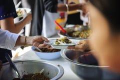 Aandeelvoedsel met dakloze dakloze mensen: het concept schenking royalty-vrije stock foto
