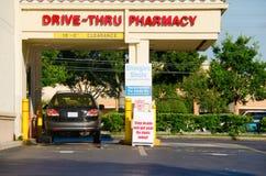 Aandrijving door apotheek met een voertuig bij het bestelwagenvenster Stock Foto