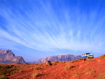 aandrijving met 4 wielen in de woestijn van de Rum van de Wadi in Jordanië