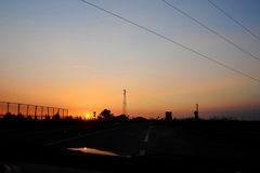 Aandrijving met de zonsondergang Stock Fotografie