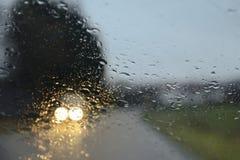 Aandrijving onder de regen royalty-vrije stock foto