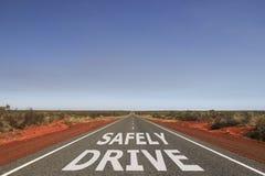 Aandrijving op de weg veilig wordt geschreven die stock illustratie