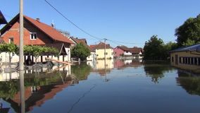 Aandrijving over overstroomde straten met boot Overstroomde gebieden, dorpen, landbouwbedrijven en huizen Nasleep van het verwoes stock videobeelden