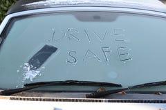 Aandrijving zorgvuldig! concept voor ijzige weersomstandigheden Stock Foto