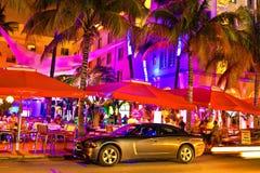 Aandrijvingsscène bij nachtlichten, het strand van Miami, Florida. Stock Foto's