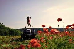 Aangedreven meisje De meisjes van het kwestiesgezicht bewerkend, nieuwe technologie, landbouw, de zomer stock afbeelding