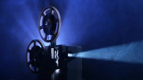 Aangedreven oude projector De film roteert spoelen en de uitstekende film toont stock footage