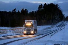 Aangepaste Super Scania-Vrachtwagenvervoer op de Winterweg Royalty-vrije Stock Fotografie