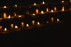 Aangestoken kaarsen voor rituele uitvoering stock fotografie