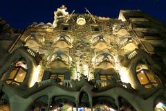 Aangestoken omhoog Casa Batllo bij Nacht, het Meesterwerk van Antonio Gaudi in Barcelona Stock Foto's