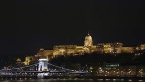 Aangestoken Szechenyi-brug en koninklijk die paleis op Buda-de lengte van heuvelboedapest - Kettingsbrug in Hongaars kapitaal wor stock footage
