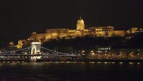 Aangestoken Szechenyi-brug en koninklijk die paleis op Buda-de lengte van heuvelboedapest - Kettingsbrug in Hongaars kapitaal wor stock video