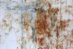 Aangetast, geschilderd wit met vlekken van blauwe verf, oud metaalblad Achtergrond voor uw ontwerp Royalty-vrije Stock Foto