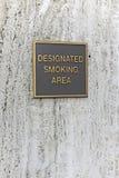 Aangewezen Rokend Gebiedsteken in het gouden van letters voorzien stock afbeelding