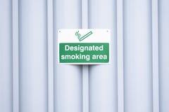 Aangewezen rokend gebiedsteken in openlucht op het werkplaats royalty-vrije stock foto