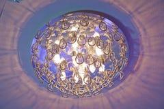 Aangezet licht Modern gelaagd plafond met ingebedde lichten en uitgerekt plafondinlegsel royalty-vrije stock afbeelding