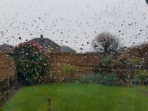 Aangezien de regendruppels het venster bekogelen royalty-vrije stock afbeelding