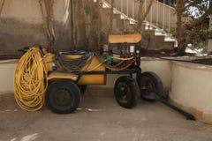 Aanhangwagen aan de tractor op wielen met een Landbouwspuitbus royalty-vrije stock foto's