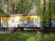 Aanhangwagen in het bos Royalty-vrije Stock Foto's
