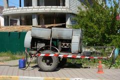 Aanhangwagen met de oude diesel compressor Mobiele die compressor bij bouwterrein wordt geparkeerd stock foto