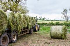 Aanhangwagen met hooibalen die wordt geladen Royalty-vrije Stock Foto