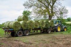 Aanhangwagen met hooibalen die wordt geladen Royalty-vrije Stock Fotografie
