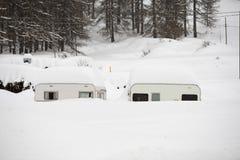 Aanhangwagencaravan roulotte door sneeuw wordt behandeld die Stock Foto's