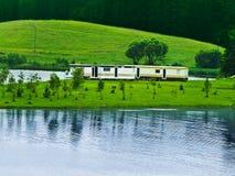Aanhangwagens bij landschappen stock afbeelding