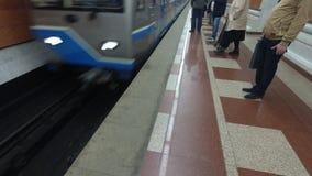 Aankomst van de trein aan de metro post stock footage