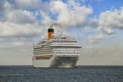 Aankomst van modern cruiseschip Costa Magica bij de haven van Alicante Stock Foto