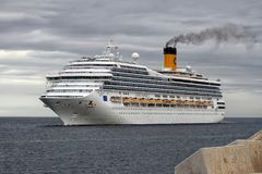Aankomst van modern cruiseschip Costa Magica bij de haven van Alicante Royalty-vrije Stock Afbeelding