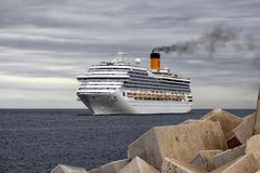 Aankomst van modern cruiseschip Costa Magica bij de haven van Alicante Stock Afbeeldingen