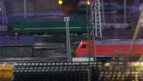 Aankomst van trein bij post stock videobeelden