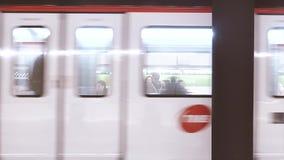 Aankomst van trein in Drassanes-metro post stock footage