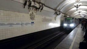 Aankomst van trein in metro van Moskou stock footage