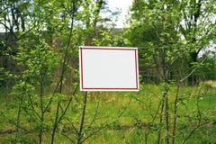 Aankondiging bij het bos stock foto