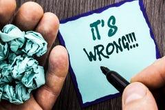 Aankondigings de tekst die het is Verkeerd tonen Bedrijfsconcept voor Correct Juist Besluit om Raad te maken of te verwarren die  Stock Foto's