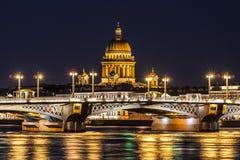Aankondigingsbrug, die St Isaac ` s Kathedraal overzien tijdens de witte nachten St Petersburg royalty-vrije stock afbeeldingen