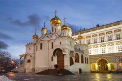 Aankondigingskathedraal van Moskou het Kremlin in de de winteravond stock foto's