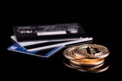 Aankoop bitcoin plastic kaart Het terugtrekken van geld van bitcoi stock foto's