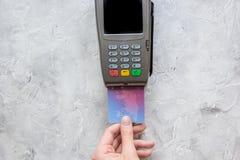 Aankoop met betalingsterminal door kaart op steen achtergrond hoogste meningsmodel stock fotografie