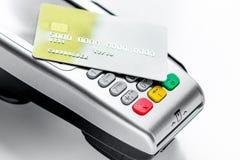 Aankoop met betalingsterminal door kaart op steenachtergrond stock afbeelding