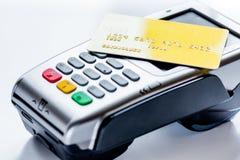 Aankoop met betalingsterminal door kaart op steenachtergrond stock fotografie