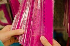Aankoop van bureaulevering, selectie van roze lijnen in de handen van de koper stock foto