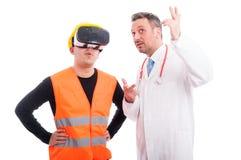 Aannemer die virtuele werkelijkheidsglazen met dokter dragen die s tonen stock foto