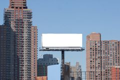 Aanplakbord in grote stad. Twee rode bakstenen hoge gebouwen. Royalty-vrije Stock Foto's