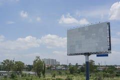 Aanplakbord met het lege scherm, tegen blauwe bewolkte hemel Stock Afbeelding