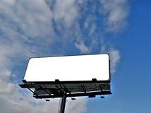 Aanplakbord onder blauwe hemel Royalty-vrije Stock Foto
